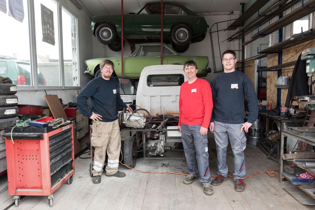 Das Team von Auto Kladler bei den alten Karosserien